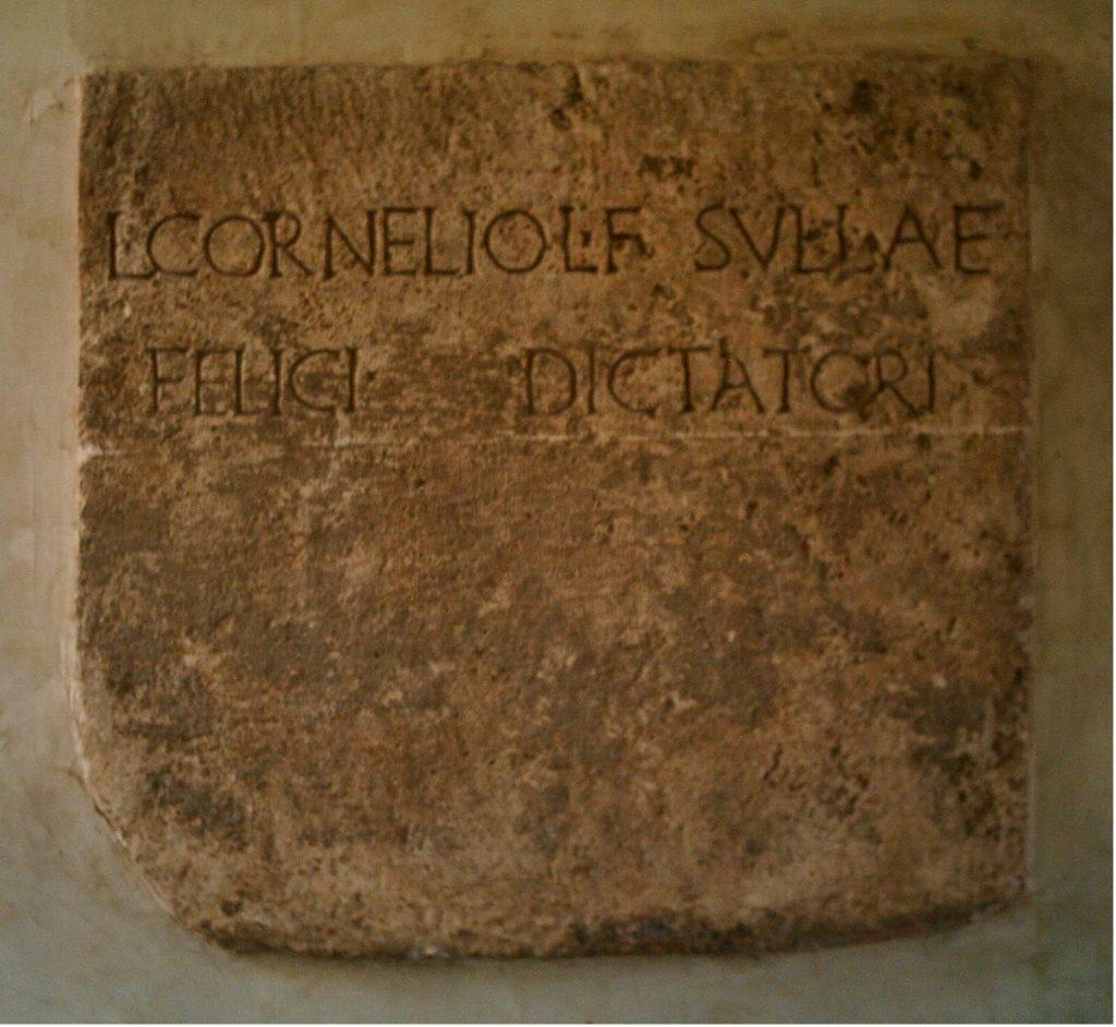 epigrafe di epoca romana con depositi terrosi e concrezioni